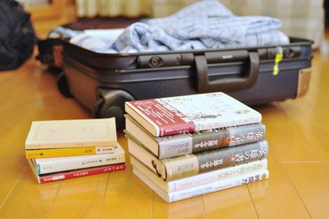 入院はスーツケースで。ほぼ旅行気分ですが,本の量が違う(^^)