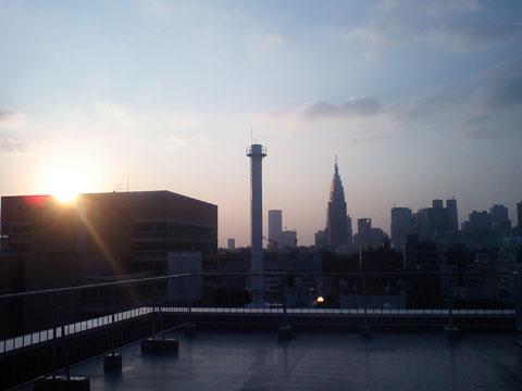 今日はちょっといい感じの夕焼けでした(ケータイなので,こんなですが・・・)