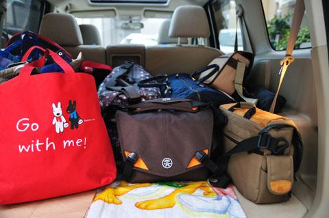 Go with me! (笑) こんな風に家族旅行では必ず持っていきます。右隣はタムラックのダメバッグ・・・。