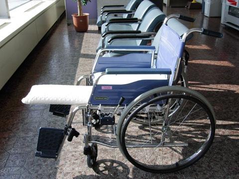左足の固定用板の付いた車椅子。しばらくはこれがおいらの乗物です。