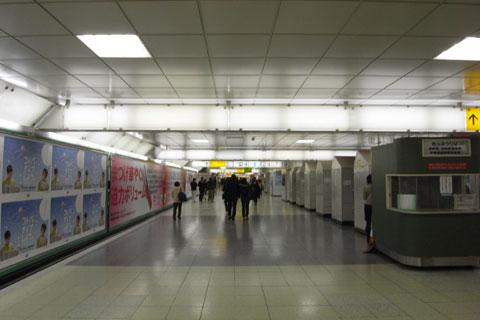 新宿駅通過中。歩くのすんげぇ大変なんだけど・・・。