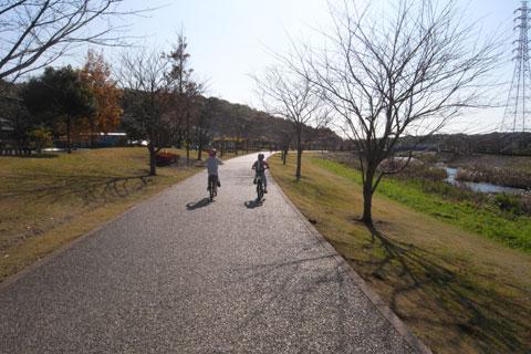 今日は引地川CRを通って公園に遊びに来たのです♪ 待ってくれ~い。