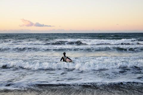 おぉ,この冷たい海に入っていくサーファーさんです。勇者である・・・。
