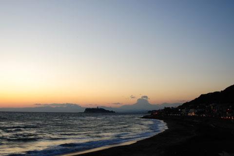 稲村ヶ崎到着~。が,日は暮れている上に,富士山が見えない(涙)