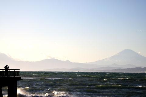 1日に出かけた江ノ島はもの凄い強風。でも,遠くにうっすらと富士山を拝めました(^^)