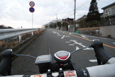 源氏山を登る坂です。これで4%くらいですが,もう,ゼ~ゼ~。スバルラインは無理かぁ?