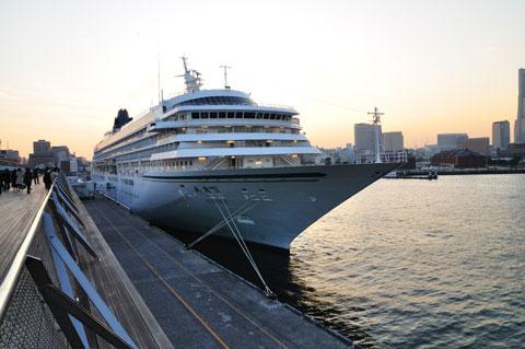 これは大桟橋に停泊中の豪華客船「あすか2」。大昔,「あすか」には乗船したことがあります(^^)