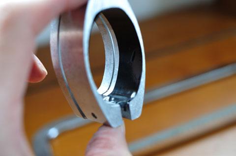 ISPに傷を付けないよう,ソーガイドの内側をビニールテープで養生してみました。