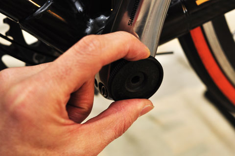 ひょっとしたら世界一安い(70円くらい?)工具,TL-FC16でキャップを締め付けます。