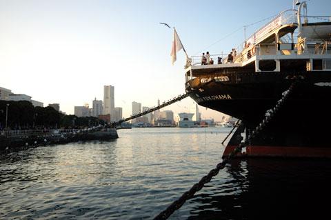 """いつの時代も「出荷」を意味する英語は""""Ship""""です。まさか船便とは思えませんが(^^)。 ちなみに,これは職場の横の氷川丸。"""