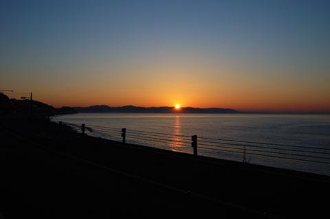 朝早いにもほどがあります。日の出前だよ・・・。