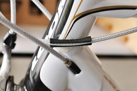 ヘッドチューブとの干渉箇所だけ,ゴムチューブで保護。あぁ,こんなところに,RHC号の面影が!