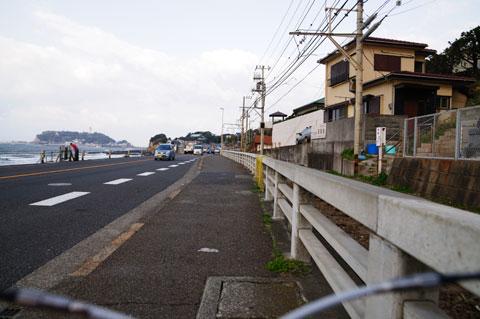 歩道を走るLOOK号。疋田さん的にも,LOOK的にもダメダメである。この後,諦めて押し歩き・・・。