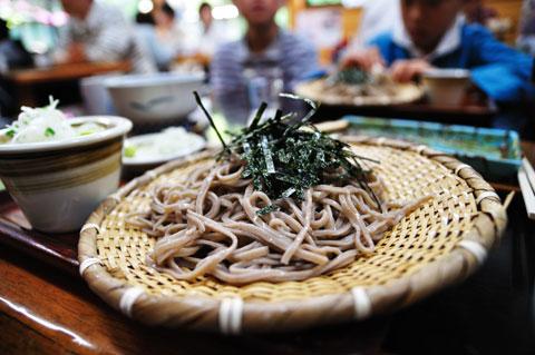 麓でおそばを食べる。おいしいですたい(^^)
