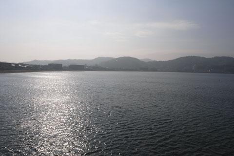 静かな逗子海岸。この海岸をぐるっと回って,向こう岸まで着くと,三浦半島に入ります。