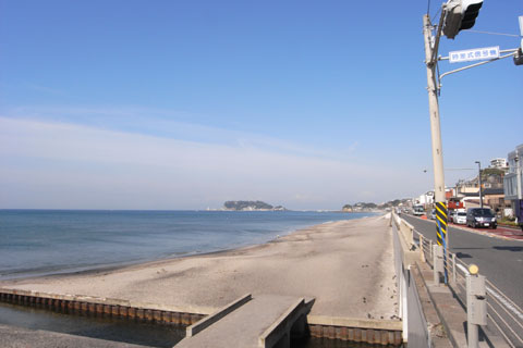 片瀬海岸に戻るのだ~! 江ノ島はもうすぐ手前です。