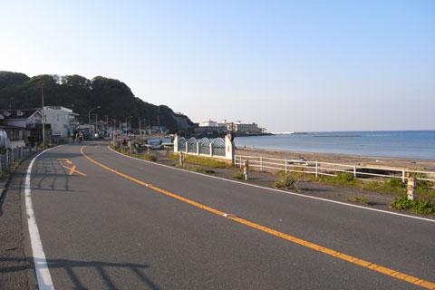材木座海岸から小坪方面に向かいます。早朝のR134はのどかだなぁ・・・。