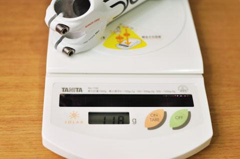 重量を測ってみると,なんと,交換前のSMICAと全く同じ118g!! (驚)