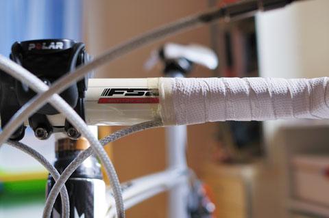 伸びやすいテープなので,この部分はセロハンテープで念入りに補強。