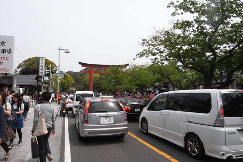 大渋滞の鶴岡八幡宮前。倒れた大銀杏様も新たな観光スポットらしいです・・・。