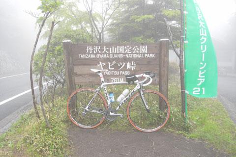 こんな濃霧の中,なにを好きこのんで峠を上るのやら・・・(^^)