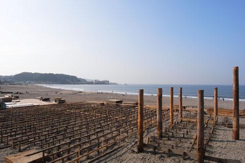 海の家の建設が始まっています。毎年,同じ位置に同じ太さの柱が建ちます。