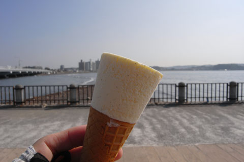 江ノ島で,観光地価格のアイスを食す地元人 (@150円)