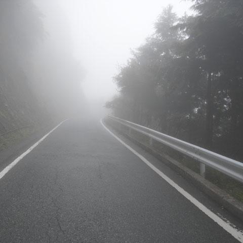 なんじゃ,この濃霧。呼吸が妙に苦しいよ・・・。
