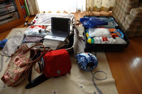 これは5年前の沖縄旅行の荷物。ただでさえ多いのに,ノートパソコンが目立つ・・・。