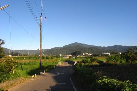 いつも「ヤビツ峠」ってどこにあるのか分からない・・・。真ん中の山の左側??