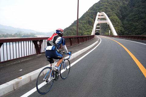 RACEを担いで軽快に走るNoguさん(^^)