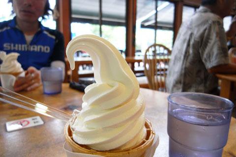 道の駅「どうし」で一休み(^^) ソフトのお味は「普通」です。