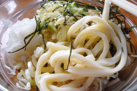 昼食は,富士ヒルクラ参加者にはおなじみの「吉田うどん」。冷たかですたい~
