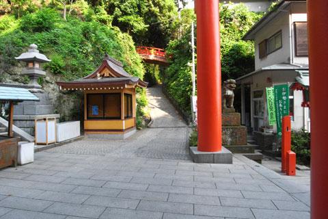 江ノ島はかなり上まで自転車で行けますが,15%を超える激坂が待っています。