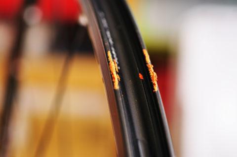 PRO3の一部が溶け出し,タイヤと癒着している部分がありました。やっぱり,寿命だったのね・・・。