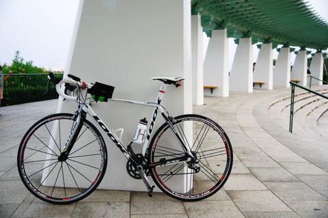 STIカバー交換前。本当に白黒,彩の少ない自転車である・・・。