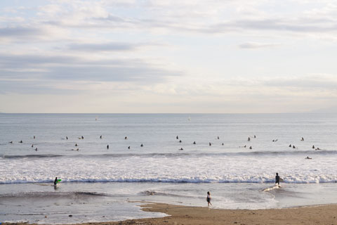 まだ日も高い由比ヶ浜。あえて,ローコントラストの,気の抜けた写真にしてみました(^^)