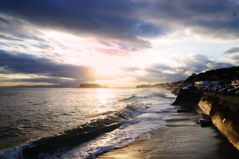 FirstKitchenのところの堤防から乗り出して撮ると,夕日に照らされて輝く堤防を写し込むことができます。おいら,割と好きなスポットです(^^)