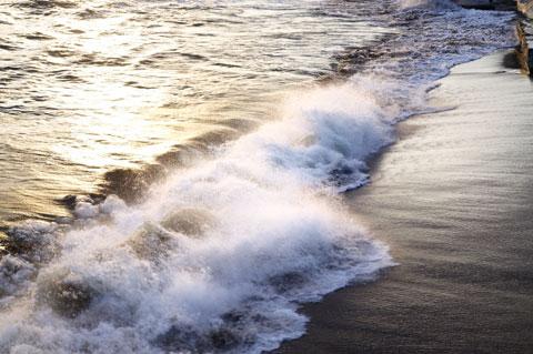 やむを得ず,手前の波でガマンしよう。太陽に照らされない分,ダイナミックさに欠けるなり。