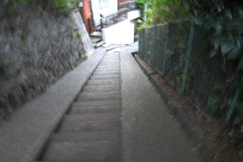 階段ジャン!!(笑) ふつう,ロードバイクでは走らない地形である。