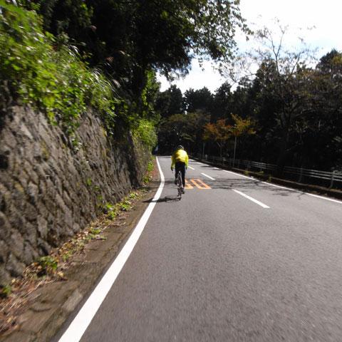 20km/hほどで下るNoguさん。安全第一です(^^)
