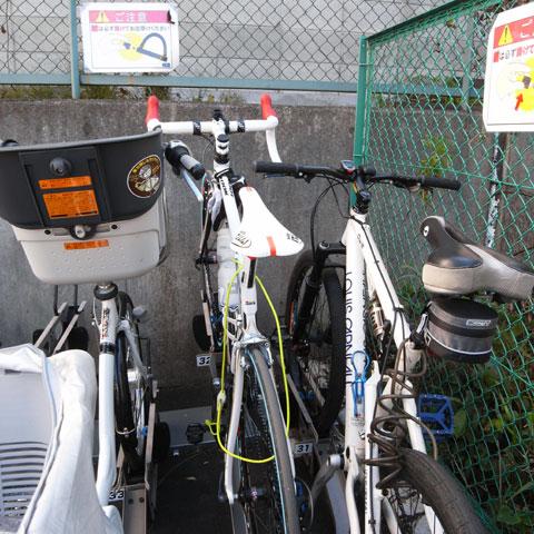 割とリスクの高い停め方。でも,右隣も結構いい自転車さんです。あ,左隣もお安くはないか・・・。