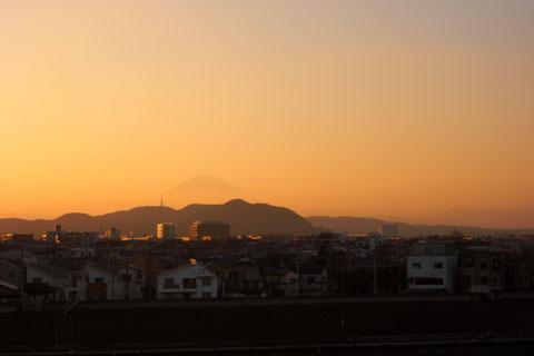 暮れゆく富士山。さようなら~,また来年挑戦するからね!!手前は湘南平です。