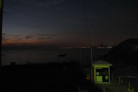 左の方の遠~~~くに江ノ島が見えるはずなんだけど・・・。