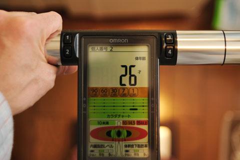 実家のKaradaScan(体重計)で測定したら,体年齢=26歳でした。まだまだいけるぞ!?