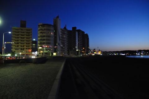 6時ちょい前,片瀬海岸。やはり,いくらなんでも「5時起床」は早すぎるよな・・・。