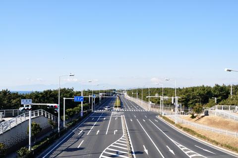 浜須賀の歩道橋から見るR134。さぁ,二ノ宮に向けて西に走ろう!