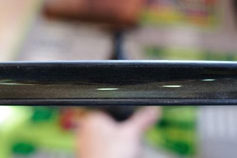 こんな感じで,リムのど真ん中に貼っていきます。テープはとてもやわらかいし,接着力は弱いので簡単です。