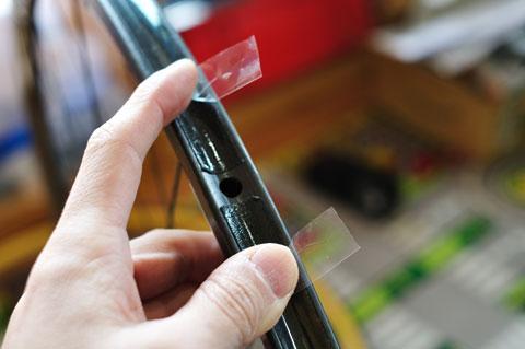 タイヤを載せた後に引き抜くため,剥離テープを外側に折って出しておきます。
