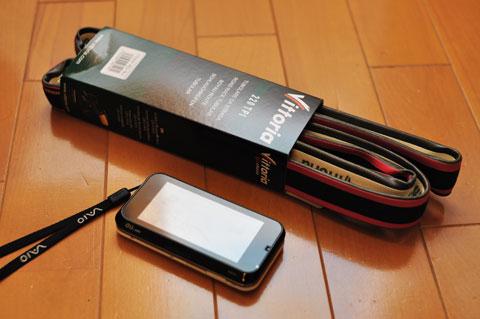 買ってきた状態。でかいよ~。比較で使っている携帯(biblio)もバカでかいけど。